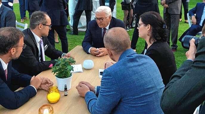 Bundespräsident Frank-Walter Steinmeier (Mitte) nahm sich rund 20 Minuten Zeit, um am diesen Tisch mit den Vertretern von Kommunen zu sprechen. Hier redet er gerade mit Hofstettens Bürgermeister Martin Aßmuth (links).
