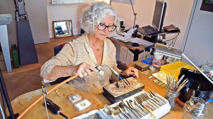 Eyelyn Schlüter, Goldschmiedin aus Gengenbach, arbeitet seit 1968 in ihrem Beruf. Schon als Kind war ihr klar, dass sie ein Handwerk erlernen möchte. Edelmetalle und bunte Edelsteine üben auf sie eine große Faszination aus.
