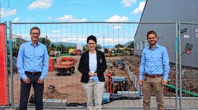 Die Geschäftsführer Florian (rechts) und Tobias Armbruster informierten Marion Gentges auch über den Beginn des Erweiterungsbaus an das bestehende Betriebsgebäude.