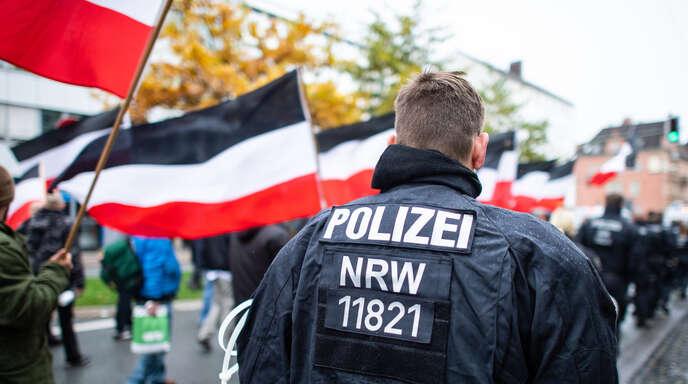 """Was unterscheidet den Verdachtsfall von tatsächlichem Rechtsextremismus? Ein Thema für den Bundesverfassungsschutz, der der diese Frage mal so, mal so auszulegen scheint. Hier begleiten Polizeibeamte einen Marsch der Demonstranten von """"Die Rechte NRW""""."""