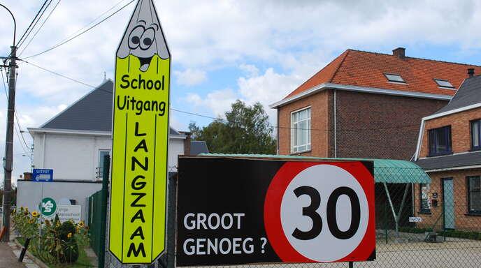 Tempo 30 vor Schulen: Nicht alle Autofahrer respektieren diese Geschwindigkeitsbeschränkung. Die Schulkinder in Oosterzele leiden darunter.