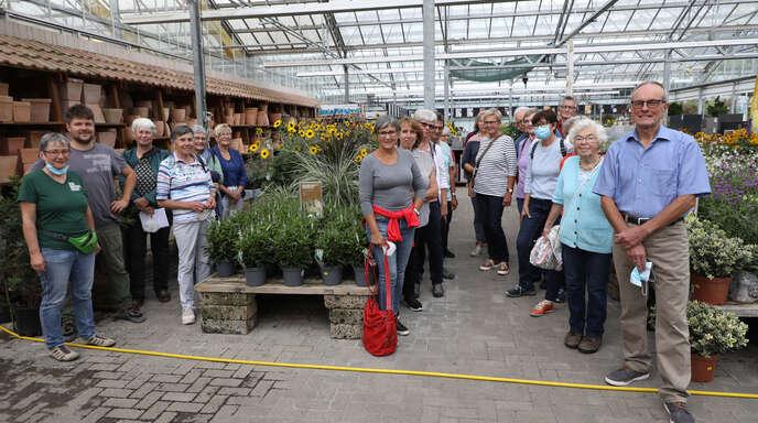 Durch die Blume: 30 OT-Leser ließen sich mit Redakteurin Claudia Ramsteiner (Dritte von links) von Chefin Stefanie Göppert und Betriebsleiter Johannes Wöhrle durch das Gartencenter Göppert in Haslach-Bollenbach führen. Wegen der vielen Anmeldungen wurden zwei Gruppen gebildet.