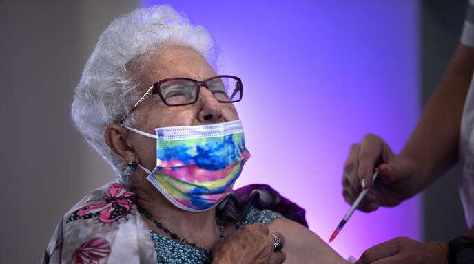 Eine 83-jährige Frau in Israel bekommt ihre dritte Corona-Impfung. Ältere sind verstärkt von Impfdurchbrüchen bedroht, eine Auffrischung kann ihren Immunschutz verstärken.
