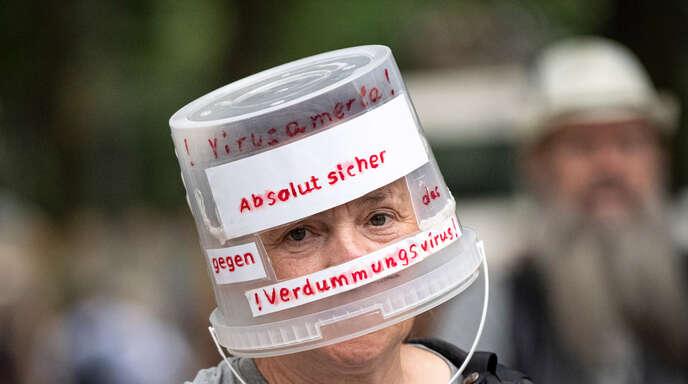 """Ein Demonstrant Anfang August in Berlin-Charlottenburg. Bei mehreren Demonstrationen fand auch eine Kundgebung der Stuttgarter """"Querdenken""""-Initiative statt."""
