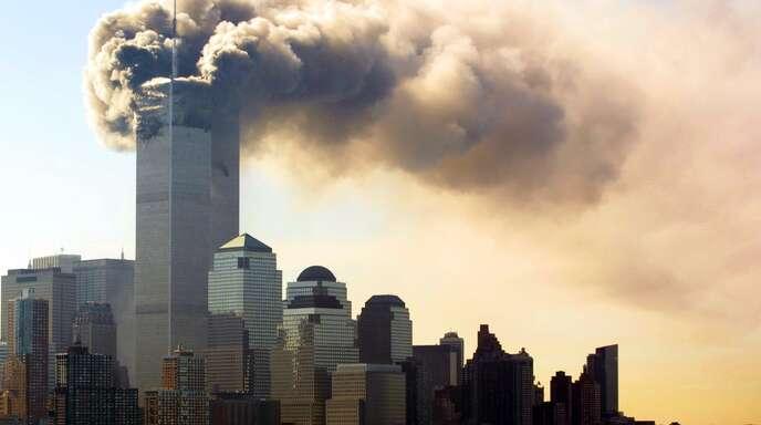 Rauch steigt von den brennenden Zwillingstürmen des World Trade Centers in Manhattan auf. Zwei Flugzeuge sind innerhalb von kürzester Zeit in das World Trade Center in New York geflogen. Die Terroranschläge jähren sich zum 20. Mal.
