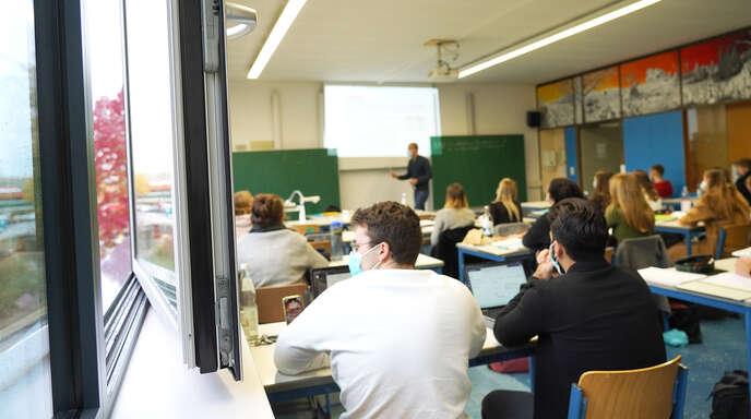 Mit Maskenpflicht auch in den Klassenzimmern – anders als vor den Sommerferien (inzidenzabhängig) – starten die Schulen in Baden-Württemberg am Montag in das Schuljahr 2021/2022. In der Ortenau konnten bislang nicht alle offenen Lehrerstellen besetzt werden.