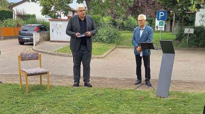 Stephan Müller und Klaus Gras bei der Einweihung der Gedenkplatte beim Dr. Friedrich-Geroldt-Haus.