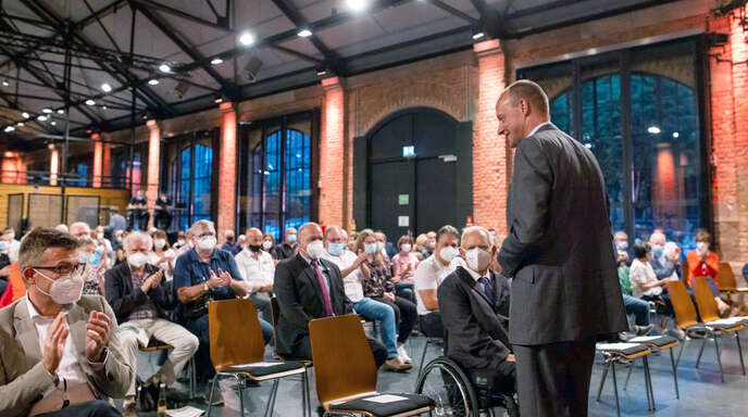 Friedrich Merz (CDU), Bundestagskandidat, geht vor einer Wahlkampfveranstaltung unter Applaus in der Reithalle zu seinem Platz neben Wolfgang Schäuble (CDU), Bundestagspräsident.