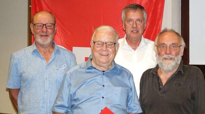 Ehrungen beim Rheinauer SPD-Ortsverein (von links): Manfred Kreß, Willi Blum, Vorsitzender Helmut Lind und Hans Zittel.