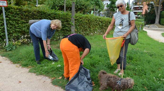 Kaum sind sie aus der Türe, heißt es bereits Bücken: Dorothea Mahlke, Sonny Scheer und Sabine Stoltenberg (v.l.) finden fast überall Müll. Auf dem Bild fehlt Annette Fischer.