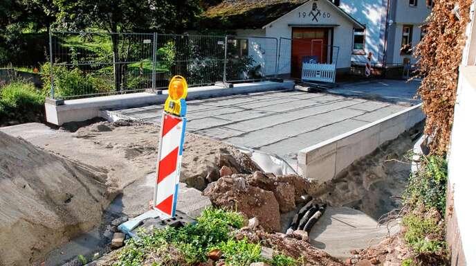 Ende September soll die neue Brücke bei der Maisacher Ortsverwaltung fertig sein.