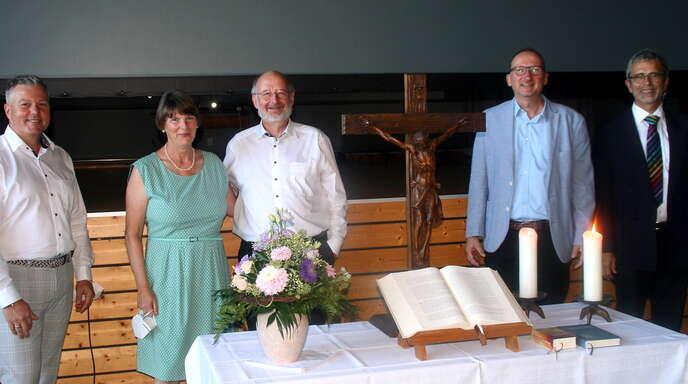 Frank Müll (l.), Herbert Kumpf (v. r.) und Günter Ihle bereiteten Reinhard Sutter, hier mit Ehefrau, einen feierlichen Abschied in der Neumühler Gemeindehalle.