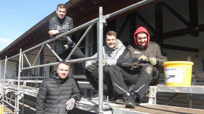Bei der Renovierung des VfR-Sportheims legten auch Kevin Mekelburg, Yannic Klaus, Niklas Deck und Henrik Truttenbach Hand an.