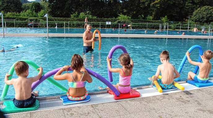 Im Oberkircher Freibad lernten in diesem Jahr 70 bis 80 Kinder schwimmen. Hier gibt Armin Stäbler einen Kurs.