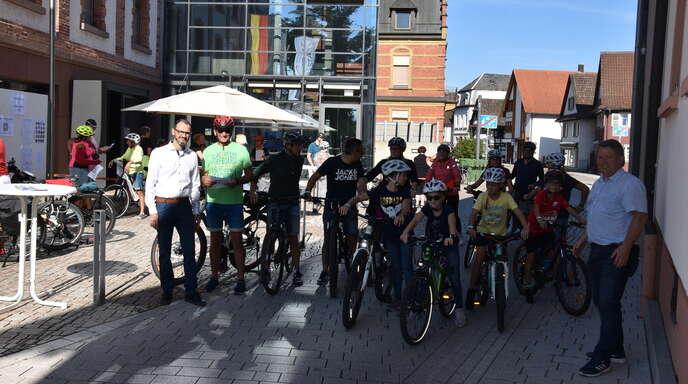 Bürgermeister-Stellvertreter Timo Schlenz (links) und Holger Hemler vom Organisations-Team der Gemeindeverwaltung (rechts) schickten um 10.30 Uhr am Willstätter Rathaus die ersten Radfahrer auf die Strecke.