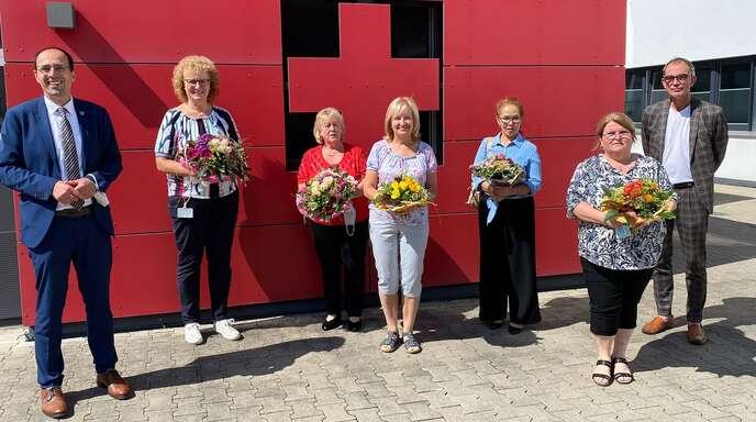 Michael Haug (rechts) und Meinrad Baumann (von links) dankten Dorothea Falk, Ella Ungefug, Barbara Witkowski, Mekhala Meier und Claudia Wehler.