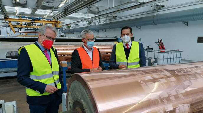 Ganz nah dran: Heiko Engelhardt (Mitte) zeigt den SPD-Kandidaten Matthias Katsch (links) und Johannes Fechner einen fertigen Druckzylinder.