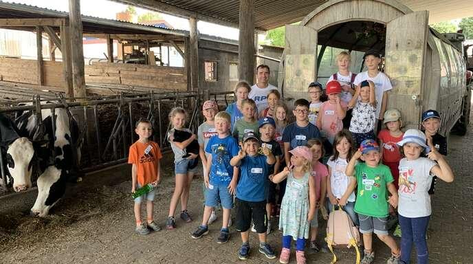 Biobauer Markus Eggs lud die Zunsweierer Ferienkinder zum Planwagen-Fahren, Kühe melken und Ziegen füttern ein.
