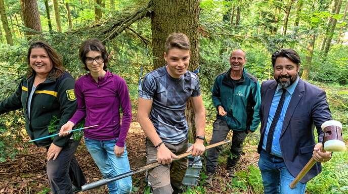 Forschung im Wald (von links): Silke Lanninger, Gwen Halupka mit Baumringe-Probe, Nick Lamprecht mit der Bodenprobe, Frank Werstein und Philipp Saar.