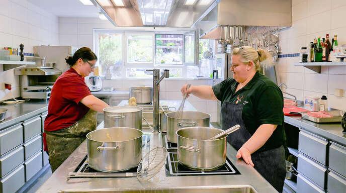 """Schon morgens läuft der Herd heiß in der Küche des Gasthauses """"Zum Hirsch"""" in Hausach-Einbach. Martina Schmid (rechts) kocht die Soßen, ihre Schwester Andrea Armbruster richtet die Spätzle."""