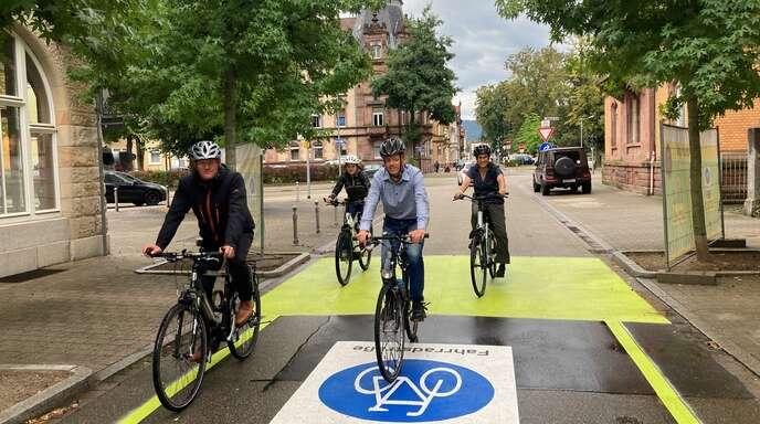 Baubürgermeister Oliver Martini (von links) weihte mit den Stadtplanern Eva Kimmig und Marco Pastorini sowie der Radverkehrsplanerin Amrei Bär die erste Fahrradstraße der Stadt ein. Sie befindet sich in Verlängerung zum Franz-Volk-Park in der Straße Am Hohen Rain.