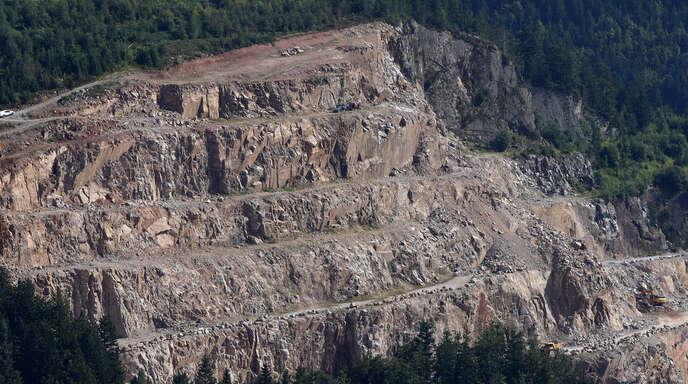 """Da seit 2001 in dem Steinbruch nicht die genehmigte Menge an """"Seebach-Granit"""" abgebaut wurde, stimmten die Gemeinderäte einstimmig für die immissionsschutzrechtliche Änderungsgenehmigung zur Verlängerung der Abbaugenehmigung."""