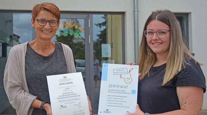 Ulrike Velte-Hoffmann, BeKi-Koordinatorin beim Landratsamt (links im Bild), freut sich gemeinsam mit Erzieherin Aylin Deck über das Zertifikat zur bewussten Ernährung. Dieses hat die Kita Kork als eine von 500 Einrichtungen im Land erhalten.