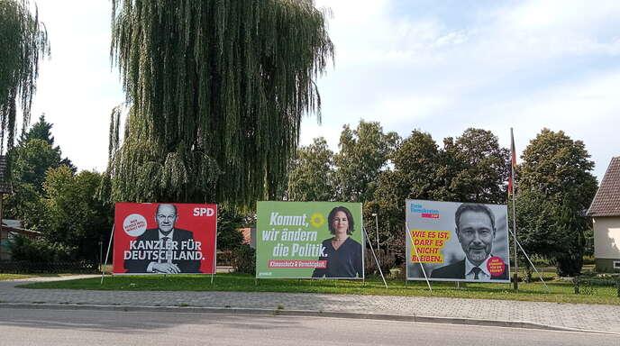 """Die Wahlvorhersage von Goldscheuer? """"Ampel""""-Plakate – zu sehen beim """"Kopf-Kreisel""""."""