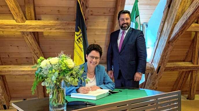 Bürgermeister Philipp Saar freute sich über den Besuch von Marion Gentges, die sich als Ministerin ins silberne Buch der Gemeinde eintrug.