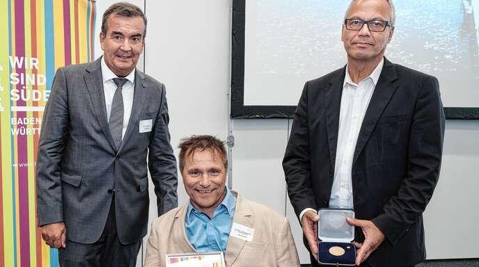 Verbandsdirektor Andreas Braun (rechts) und Vizepräsident Fritz Engelhardt (links) überreichten die Verdienstmedaille des Tourismus-Verbands Baden-Württemberg an Hans-Peter Matt aus Haslach.