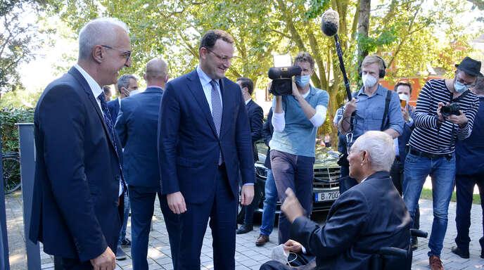 Parteifreunde unter sich: Der Kehler Oberbürger Toni Vetrano (von links), Bundesgesundheitsminister Jens Spahn und Bundestagspräsident Wolfgang Schäuble (alle CDU) unterhalten sich vor einer Wahlkampfveranstaltung in Kehl.