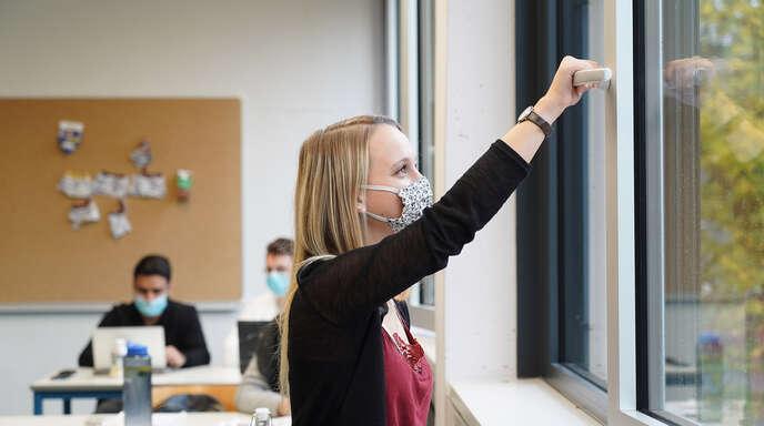 Sachstandbericht zu Corona an den Offenburger Schulen: Lüften bleibt auch mit Luftfilter unerlässlich.