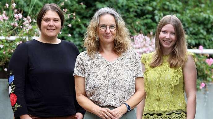 Evelyn Bressau (Mitte), Leiterin des Gesundheitsamts und fachliche Leiterin der KGK, begrüßt Projektmitarbeiterin Karin Ruder (links) und Projektkoordinatorin Linda Fuchs (rechts), die aktuell eine Bestands- und Bedarfsanalyse durchführen.