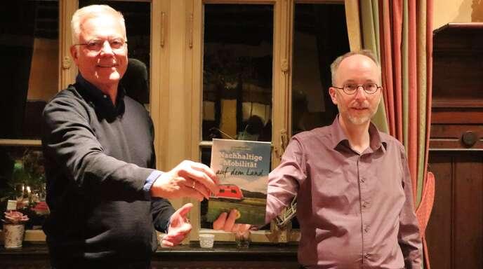 Der grüne Bundestagskandidat Thomas Zawalski (links) hatte am Dienstagabend den Bundestagskandidaten Matthias Gastel nach Oberkirch eingeladen, um über nachhaltige Mobilität auf dem Land zu sprechen.