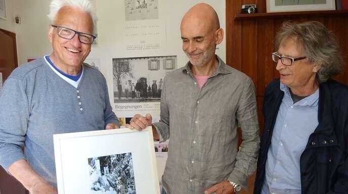 Freude über den Entwurf des neuen Adventskalenders von Lions Club und Stadtmarketing nicht nur beim Künstler Manfred Grommelt, sondern auch bei Stephen Müller und Rainer Braxmaier (von links nach rechts).