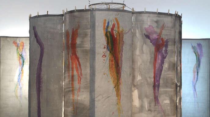 """Raumhohe Seiden-Malereien eines erfolgreichen Künstlers: die Installation """"Jellyfish"""" von Koho Mori-Newton."""