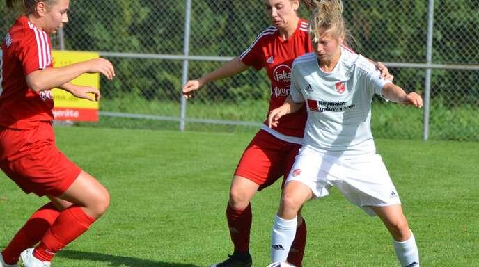 Angreiferin Linda Dürr (rechts) ist nur noch im Notfall für den SC Hofstetten am Ball.