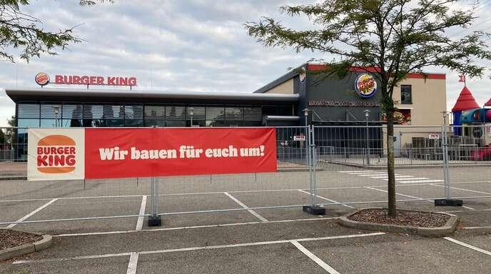 Ein Schild, das auf einen Umbau hinweist, prangt seit einiger Zeit am Burger King. Doch noch tut sich nichts. Derzeit würden die Details des Umbaus geklärt.