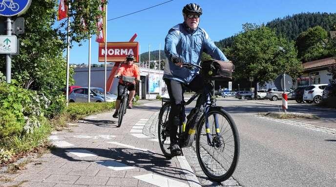 Für Radfahrer endet der Fuß-/Radweg stadteinwärts und mündet in die Hauptstraße – eine gefährliche Stelle für sie und die Autofahrer.
