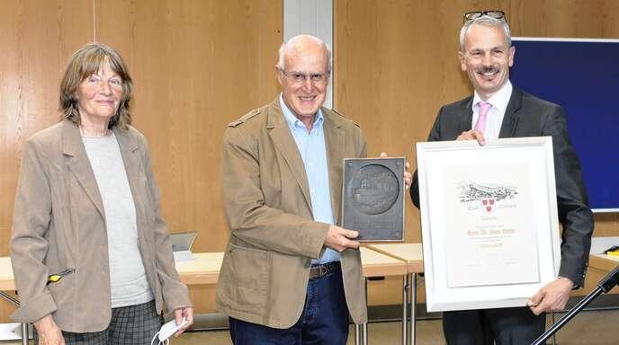 Schiltach Bürgermeister Thomas Haas verleiht den Ehrenschild an Historiker Hans Harter, dem seine Partnerin Beatrix Beck als Kulturschaffende zur Seite steht.