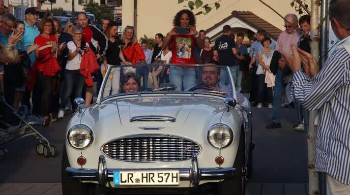 Chauffiert von WG-Geschäftsführer Stephan Danner wurde die neue Deutsche Weinkönigin zu den Klängen der Trachtenkapelle Durbach und unter dem Jubel der Zuschauer standesgemäß in einem Oldtimer-Cabrio vorgefahren.