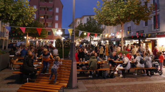 """Schon am Freitagabend war der Klosterplatz bei der """"Street Food Fiesta"""" gut gefüllt."""