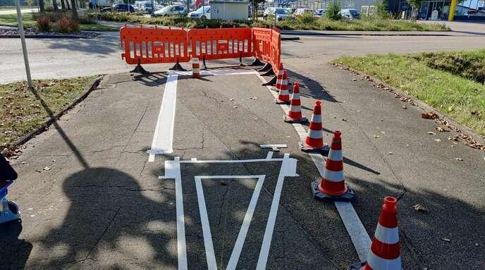Derzeit werden die Radwegmarkierungen in der Bahnhofstraße in Schutterwald erneuert.