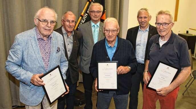 Sie sind seit 65 Jahren treue Kolpingbrüder, dafür wurden Gerhard Böhler, Manfred Heitz und Fritz Kleber geehrt (von links): Heitz, der scheidende Vorsitzende Karl-Ludwig Horn, sein Nachfolger Manfred Mußler, Böhler, Pfarrer Joachim Giesler und Kleber.