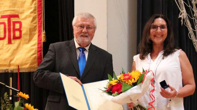 TV Steinach -Vereinsvorsitzende Ursula Hildbrand erhielt von Gerhard Mengesdorf (Präsident des Badischen Turner-Bundes) eine besondere Auszeichnung: den DTB-Ehrenbrief.