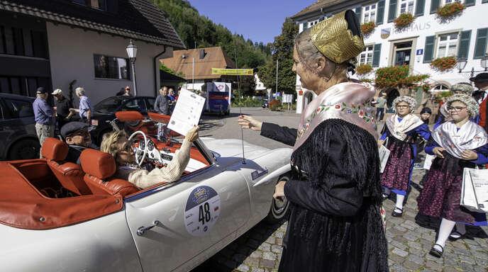 Prinz Leopold an der Stempelstelle in Mühlenbach begrüßt von Bürgermeistern Wössner