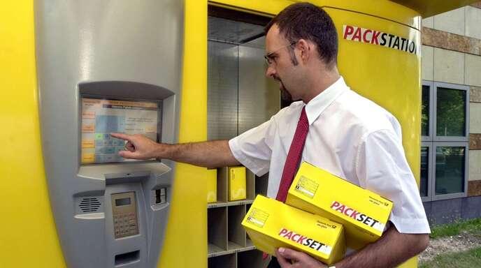 Pakete können künftig mit QR-Codes aus der DHL-App von Packstationen abgeholt werden (Archivbild).