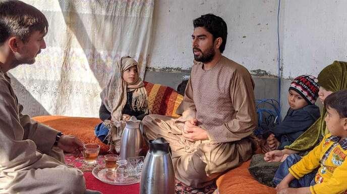 """Kriegsreporter auf Spurensuche: Graeme Smith (links) redet in """"Ghosts of Afghanistan"""" nter anderem mit dem Friedensaktivisten Bismillah Watendost."""