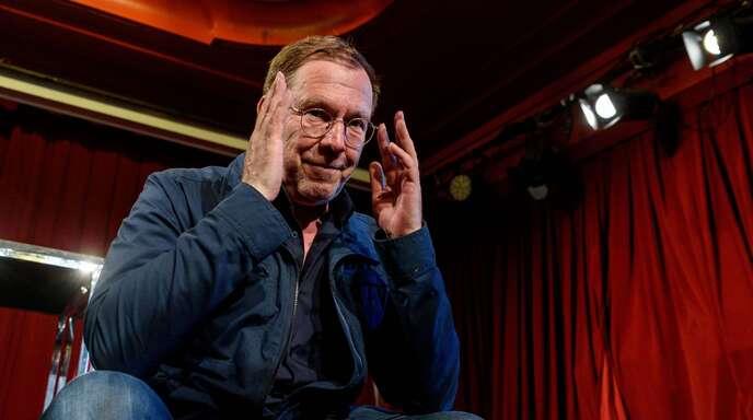 René Pollesch (58) startet seine Intendanz an der Berliner Volksbühne mit einem eigenen Stück, in dem ein Theatervorhang zumindest im Titel des Werkes eine tragende Rolle spielt.