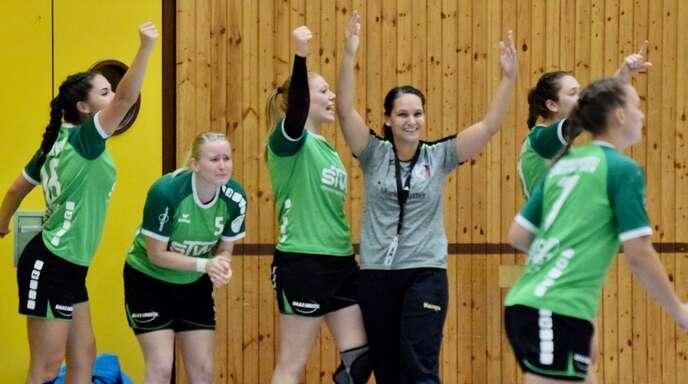 Diese Situation wünscht sich die SG Schenkenzell/Schiltach beim Abpfiff des ersten Saionspiels am Sonntag: Trainerin Denise Oesterle und Spielerinnen jubeln.